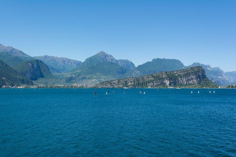 Ideia bonita do litoral de Riva Del Garda e de Nago-Torbole, Itália fotografia de stock