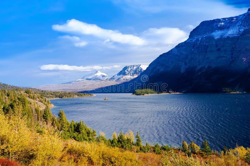 Ideia bonita do outono de ir à estrada de Sun no parque nacional de geleira, Montana, Estados Unidos fotografia de stock