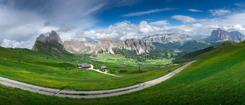 Ideia bonita do panorama do campo e do campo verde com fundo do céu azul no verão das dolomites, Itália foto de stock