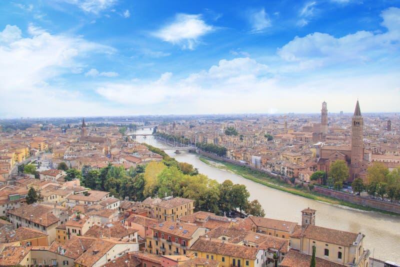 A ideia bonita do panorama de Verona e o Lamberti elevam-se nos bancos do rio de Adige em Verona, Itália imagem de stock