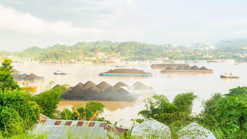 Ideia bonita do tráfego dos rebocadores que puxam a barca do carvão no rio de Mahakam, Samarinda, Indonésia fotografia de stock