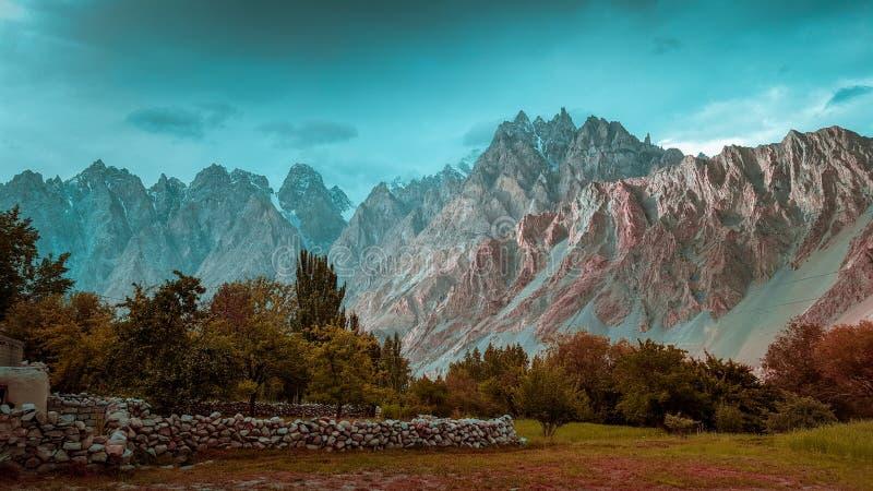 Ideia bonita dos campos nas montanhas de Passu fotos de stock