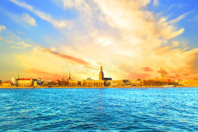 Ideia bonita igreja do ` s do castelo, do St Peter de Riga e a torre da catedral da abóbada nos bancos do rio do Daugava fotografia de stock royalty free