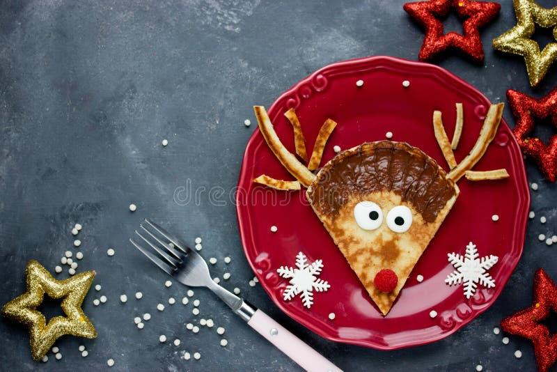 Ideia bonito do alimento do Natal - panqueca engraçada da rena fotos de stock royalty free