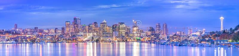 Ideia cênico da arquitetura da cidade de Seattle na noite com reflexão da água, Seattle, Washington, EUA imagens de stock royalty free
