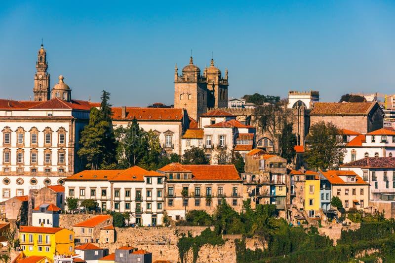 Ideia cênico da arquitetura velha do cais da cidade de Porto sobre o rio de Duoro em Porto, Portugal fotos de stock