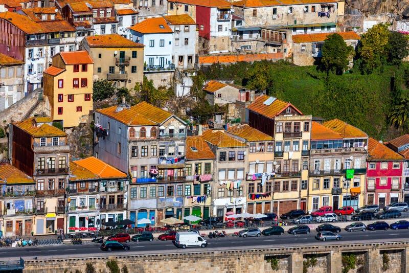 Ideia cênico da arquitetura velha do cais da cidade de Porto sobre o rio de Duoro em Porto, Portugal fotos de stock royalty free