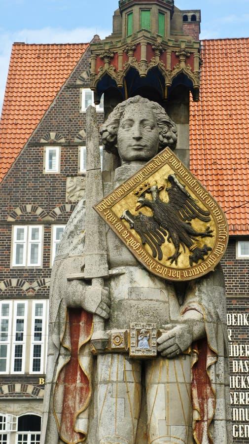 Ideia cênico da escultura da Brema Roland no mercado principal no centro da cidade, na estátua medieval com espada e no protetor foto de stock