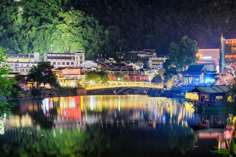 Ideia cênico da noite das luzes coloridas refletidas no lago, Yangshuo foto de stock royalty free