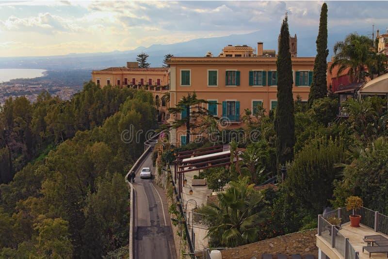 Ideia cênico da paisagem de recursos luxuosos em Taormina no dia ensolarado Destino turístico famoso do lugar e do curso em Europ foto de stock