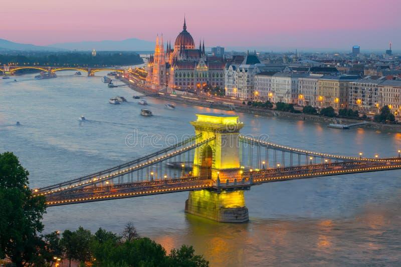 Ideia cênico de citylights de Budapest do monte do castelo com Danube River, a ponte Chain e a construção do parlamento no crepús foto de stock royalty free