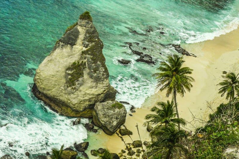 Ideia cênico de opressão do litoral tropical da ilha com o penhasco da rocha da forma do diamante e a praia do paraíso do deserto imagem de stock royalty free