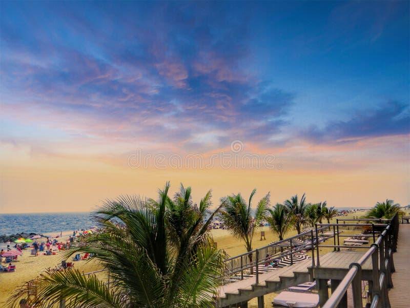 Ideia cênico de uma entrada tropical da escada da praia no ramo longo New-jersey imagem de stock