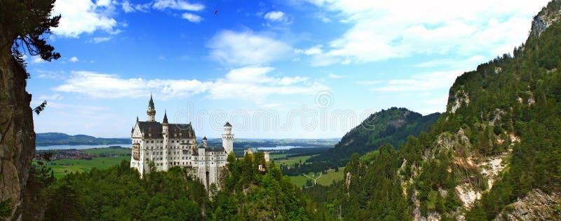Ideia cênico do conto de fadas famoso que olha o castelo de Neuschwanstein imagens de stock