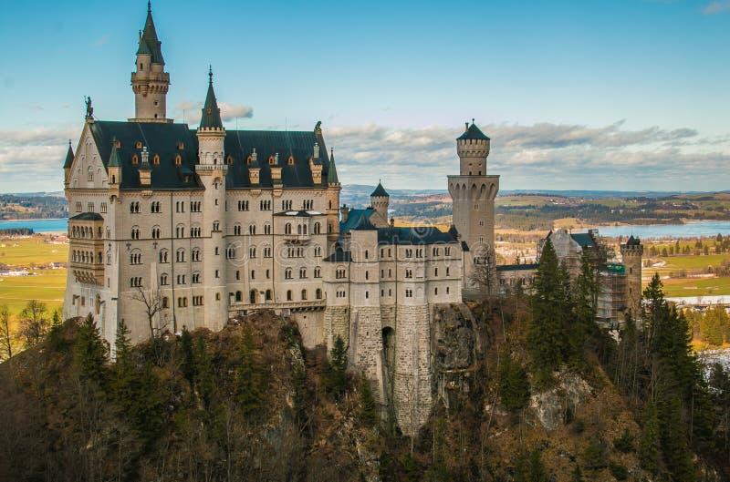 Ideia cênico do conto de fadas famoso que olha o castelo de Neuschwanstein em Baviera, Alemanha imagens de stock royalty free