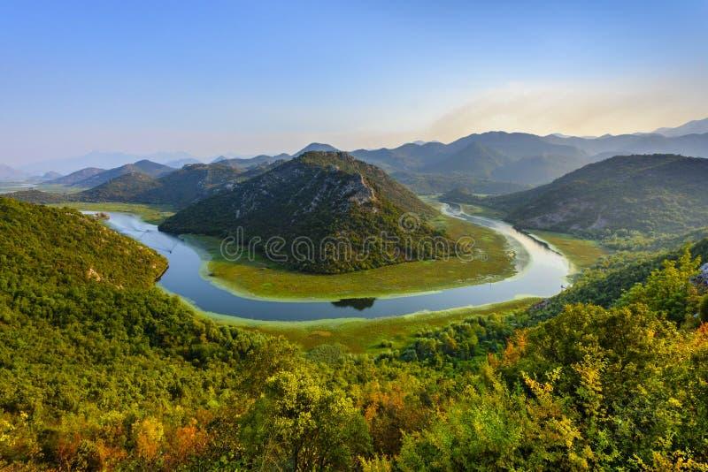 Ideia cênico do laço do rio de Rijeka Crnojevica no lago Skhadar, Montenegro fotos de stock royalty free