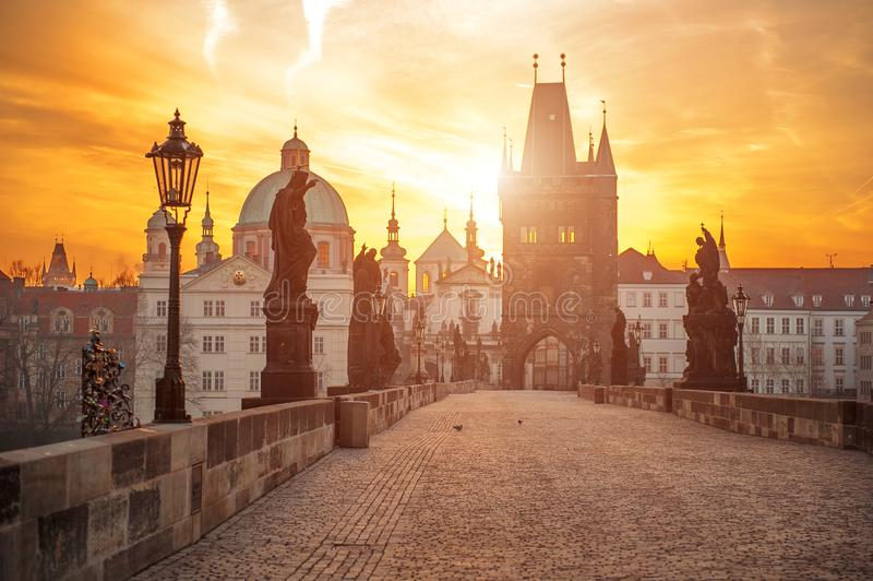 Ideia cênico do símbolo de Charles Bridge Karluv Most e de Lesser Town Tower Prague no nascer do sol, República Checa fotos de stock