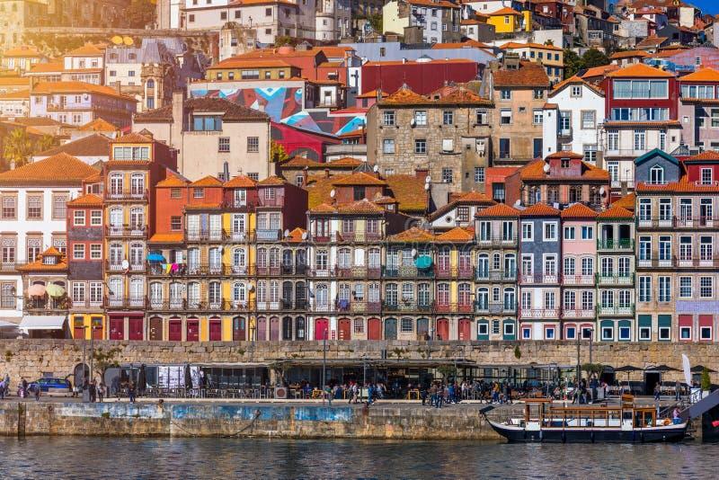 Ideia c?nico da arquitetura velha do cais da cidade de Porto sobre o rio de Duoro em Porto, Portugal imagens de stock royalty free