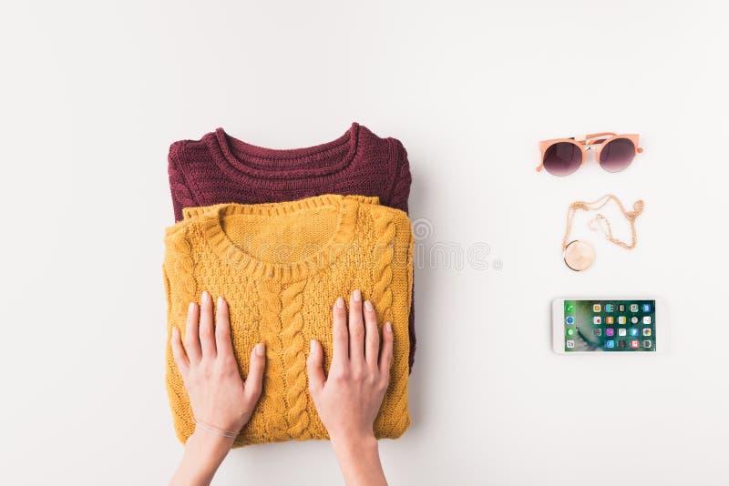 ideia colhida das mãos fêmeas com camisetas, óculos de sol e iphone, imagens de stock