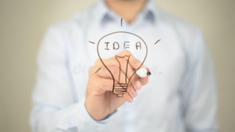 Ideia, conceito de incandescência do bulbo, escrita do homem na tela transparente fotos de stock royalty free