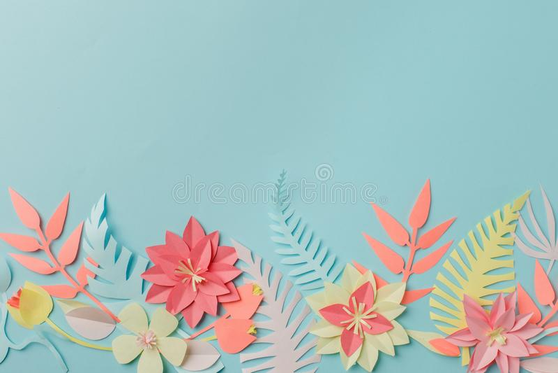 Ideia criativa da decoração do fower do origâmi do ofício de papel as flores e as folhas tropicais no fundo pastel azul, verão, e foto de stock