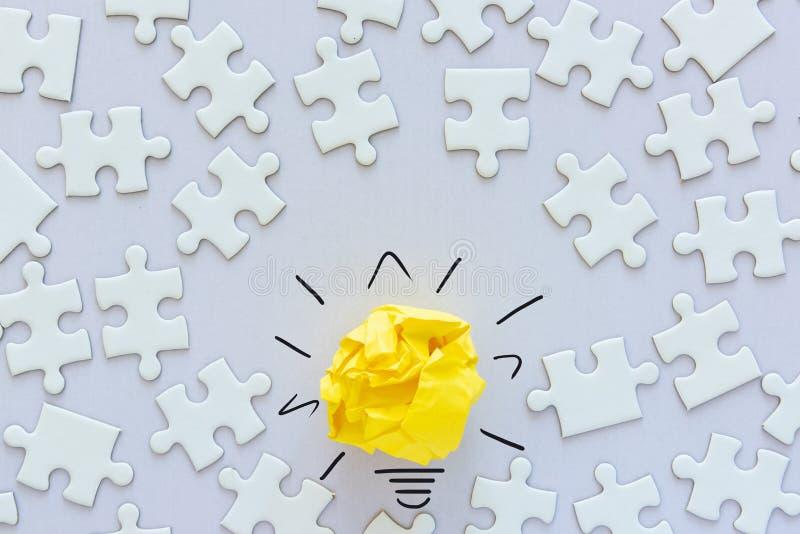 Ideia criativa para ECO salvo o conceito da energia, a inova??o verde do poder e o conceito bem sucedido do neg?cio Projeto de pa foto de stock
