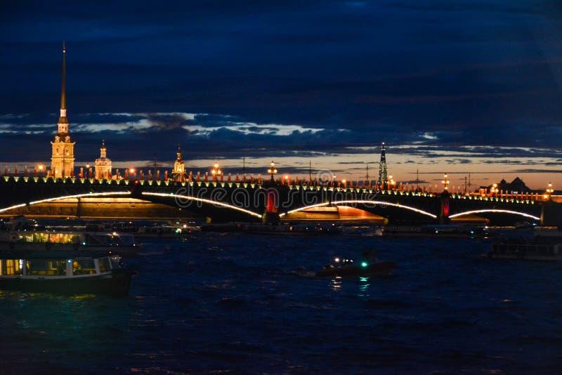 Ideia da área da água de Neva River na noite imagens de stock royalty free