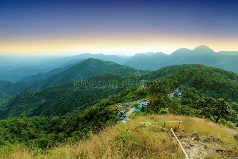 Ideia da área bonita das montanhas altas e das barracas de acampamento durante s fotografia de stock