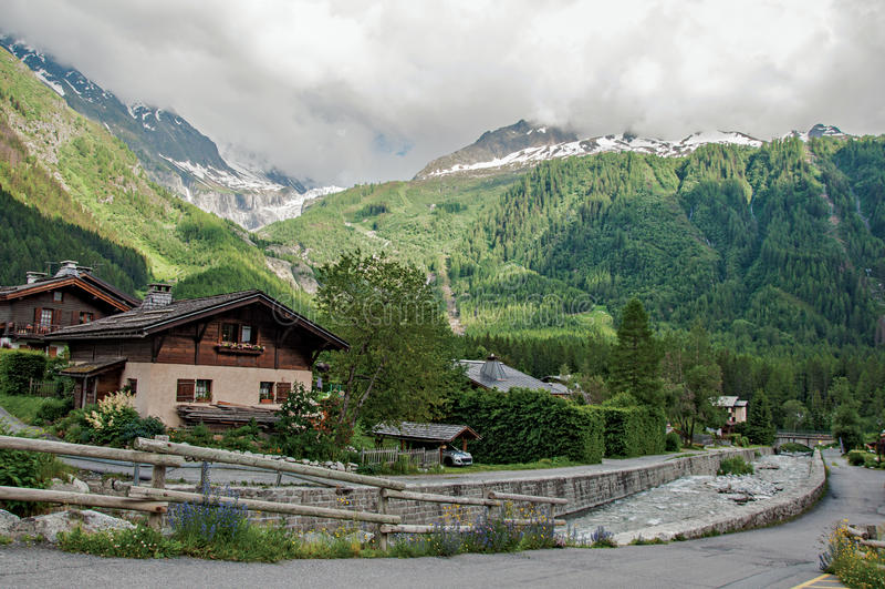 Ideia da angra, das casas e da paisagem alpina na vila francesa de Argentière fotografia de stock