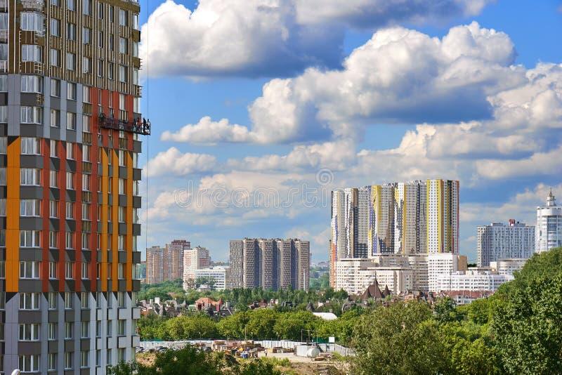 Ideia da arquitetura da cidade moderna de Moscou com uma construção nova sob a construção com trabalhadores em um berço da constr fotos de stock
