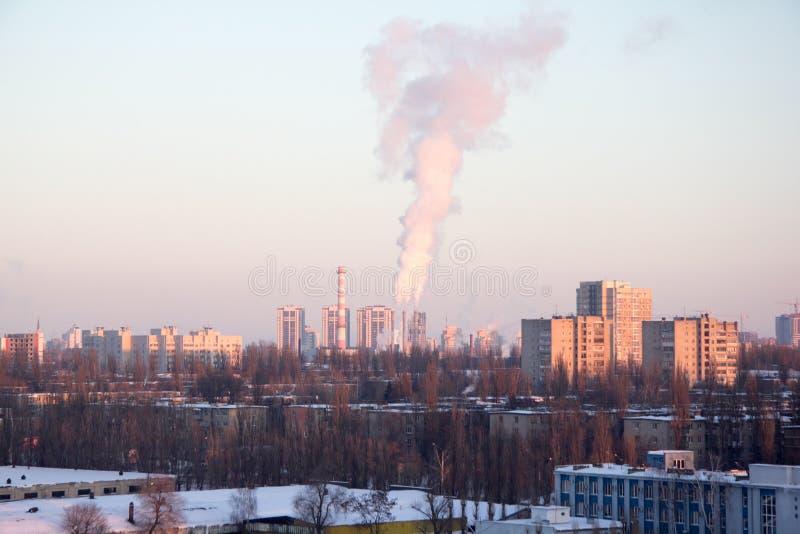 Ideia da arquitetura da cidade do inverno da noite da área industrial em Voronezh imagem de stock