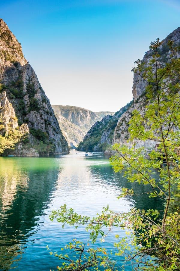 Ideia da atração turística bonita, lago na garganta de Matka nos arredores de Skopje foto de stock