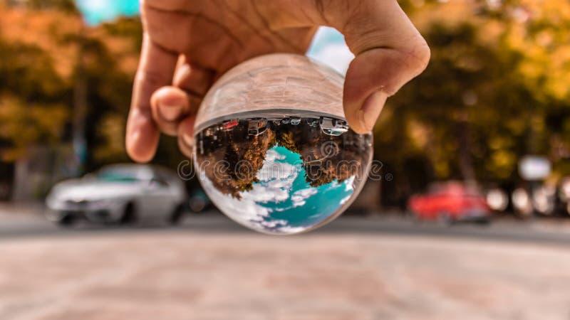 ideia da bola de cristal do dia ensolarado bonito do ins de Lisboa Portugal temático como uma luva com terra e água a data 20 pod imagem de stock