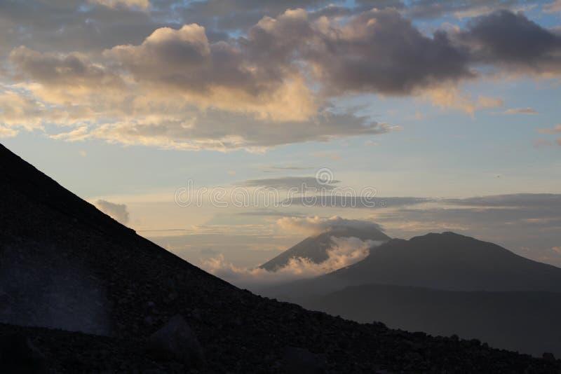 Ideia da caminhada de Volcano Telica Sunset de bal Nicarágua do ³ de San Cristà fotografia de stock