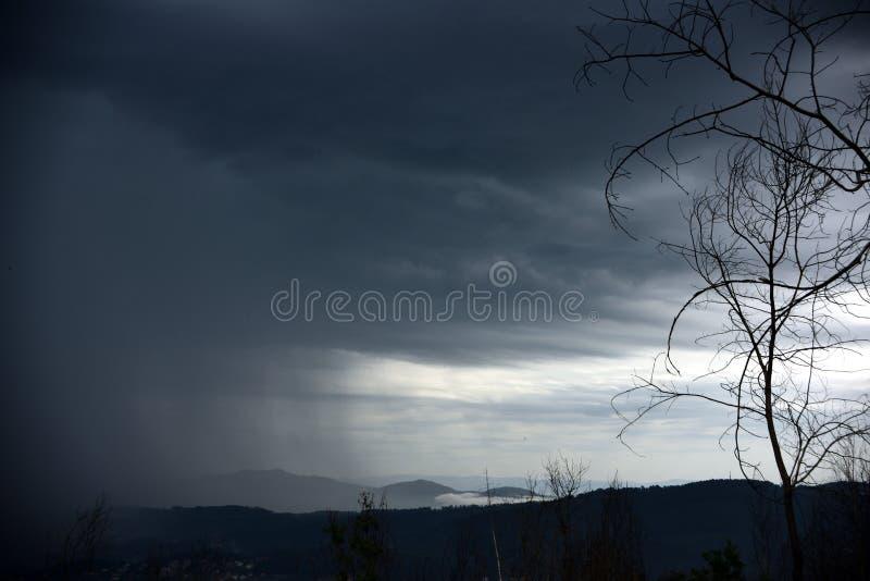 A ideia da chegada de uma tempestade, é inverno de vinda fotos de stock