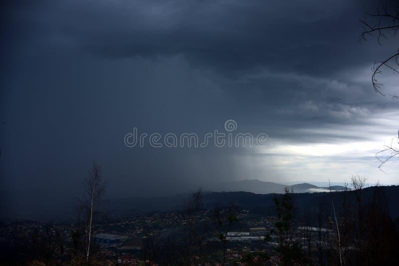 A ideia da chegada de uma tempestade, é inverno de vinda foto de stock royalty free