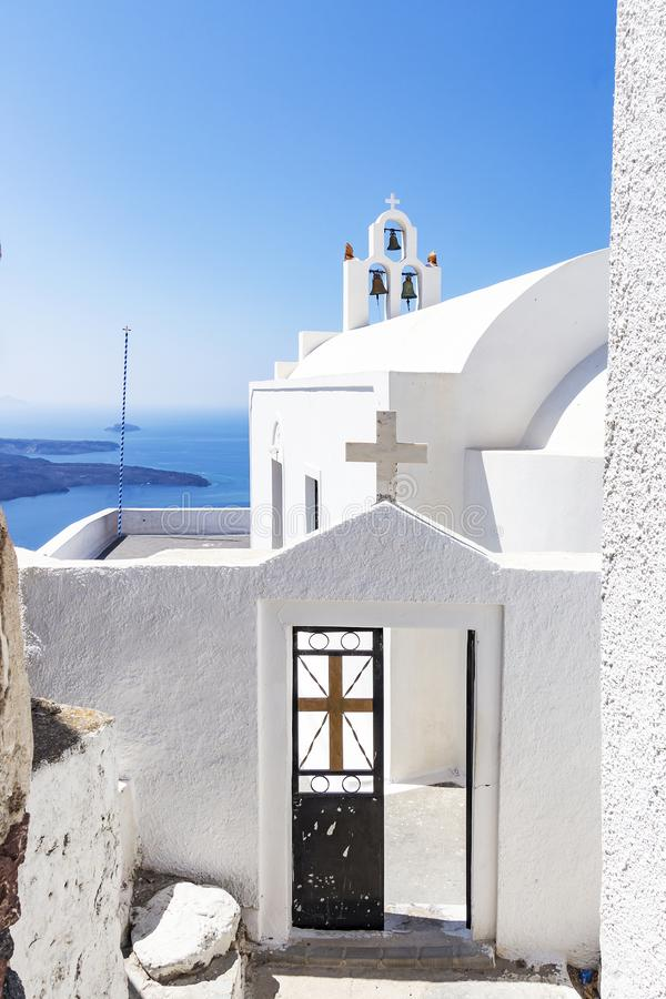 Ideia da entrada de uma capela branca em Fira, Santorini, Grécia imagens de stock royalty free