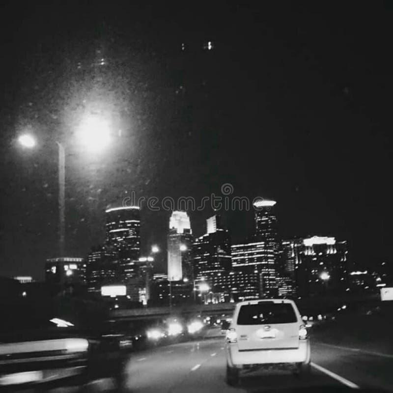 Ideia da estrada da cidade das noites de Minneapolis da skyline fotografia de stock