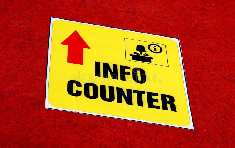 Ideia da etiqueta contrária do sinal da maneira da informação no assoalho em um lugar público fotos de stock