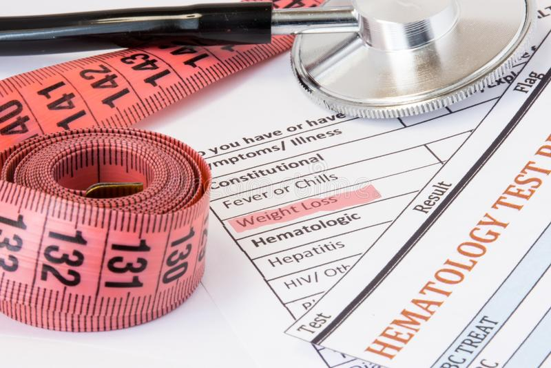 Ideia da foto da perda de peso como o sintoma ou sinal de doenças da glândula endócrina do câncer Destacado durante o peso l do t fotos de stock