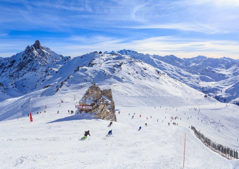 Ideia da inclinação coberto de neve de Courchevel em cumes franceses Estância de esqui fotografia de stock