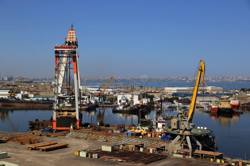 Ideia da jarda de reparo do porto e de navio da plataforma de observação perto da mesquita de Bibi-Heybat foto de stock royalty free