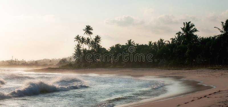 Ideia da linha da costa em Koggala, Sri Lanka, pedregulhos no ocea indiano fotografia de stock royalty free