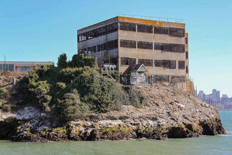 Ideia da linha rochosa da costa de ilha de Alcatraz famosa Fundos hist?ricos bonitos Pris?o federal da alta seguran?a m?xima imagens de stock