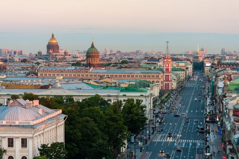 Ideia da manhã de Nevsky Prospekt sem os carros em St Petersburg Na catedral do St Isaac do horizonte e na catedral de Kazan fotografia de stock royalty free