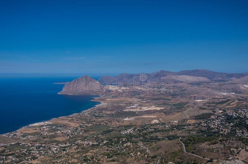 Ideia da montagem de Cofano e do litoral Tyrrhenian de Erice, si imagem de stock royalty free