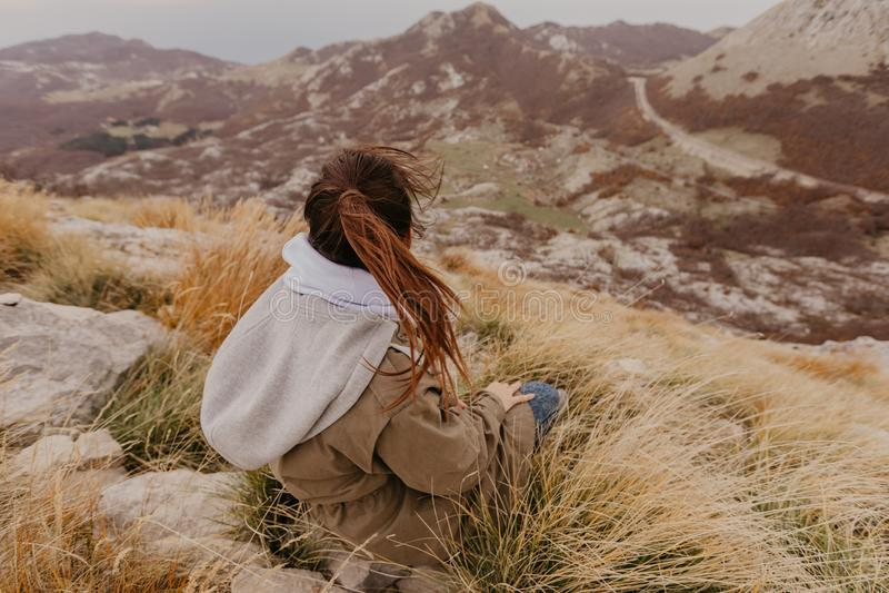 Ideia da mulher dos picos os mais altos do parque nacional da montanha de Lovcen em Montenegro do sudoeste - Imagem imagens de stock royalty free