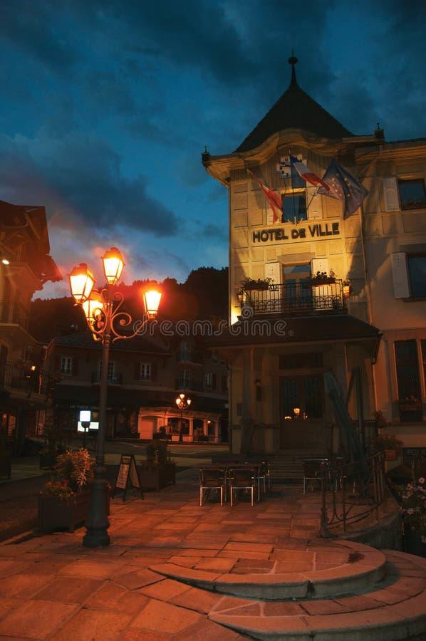 Ideia da noite da câmara municipal e do quadrado com a lâmpada em Saint-Gervais-Les-Bains fotos de stock royalty free