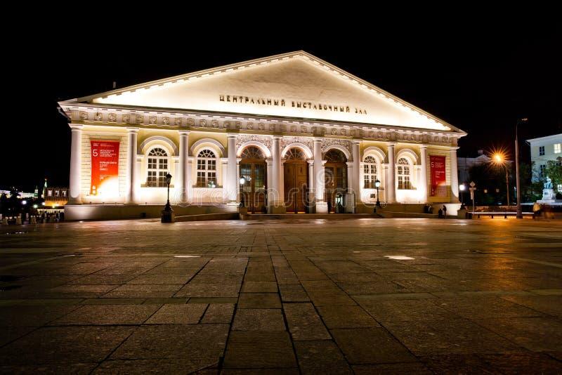 Ideia da noite da exposição salão central no quadrado de Manezh em Moscou, Rússia fotos de stock royalty free