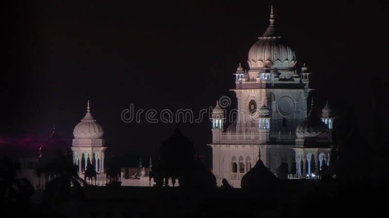 Ideia da noite do bloco administrativo da universidade do rei George Medical em Lucknow, Índia fotos de stock